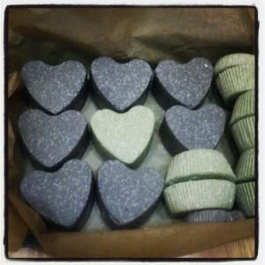 szürke és zöld fürdőgolyó szív